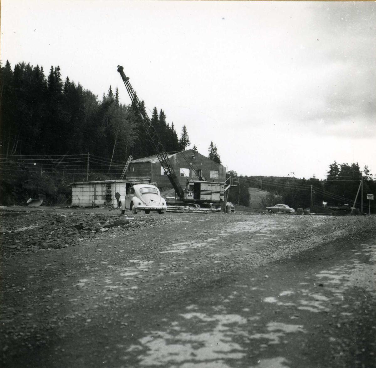 Tilløpstunnel frå Vesås. Anleggsområde med bygningar og maskinar