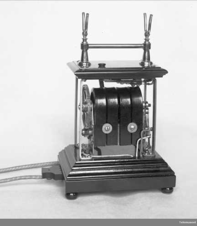 Telefonapparat, magneto bordtelefon,  i tre og stål mtlf. liggende. Insekttett, for Merrem La Porte. 22.11.1921. Elektrisk Bureau.