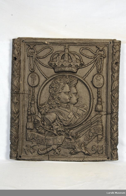 kronet protrett av kronprins Fredrik IV og kronprinsesse Louise. på siden mindre medaljonger i snorverk med henholdsvis kronet L og F. under bånd med Vivant Fridrerik Loisa. på sidene laurbærblader.