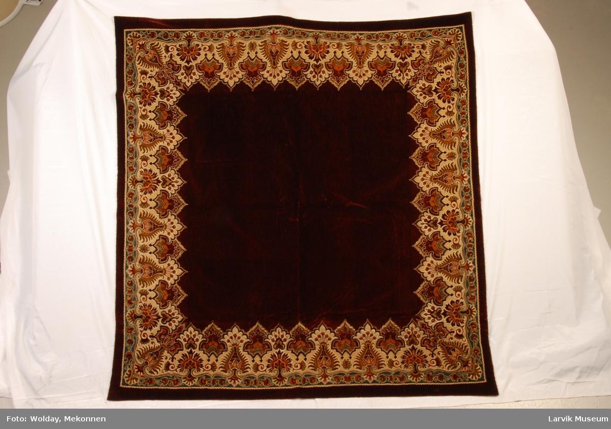 """bord i """"indisk mønster"""" i diverse beige-brune"""