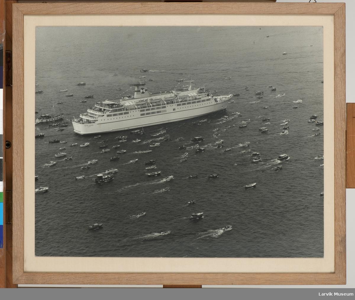 MS Peter Wessel (nr. 3) - Larvik Line - under innseiling med følge av mange småbåter.