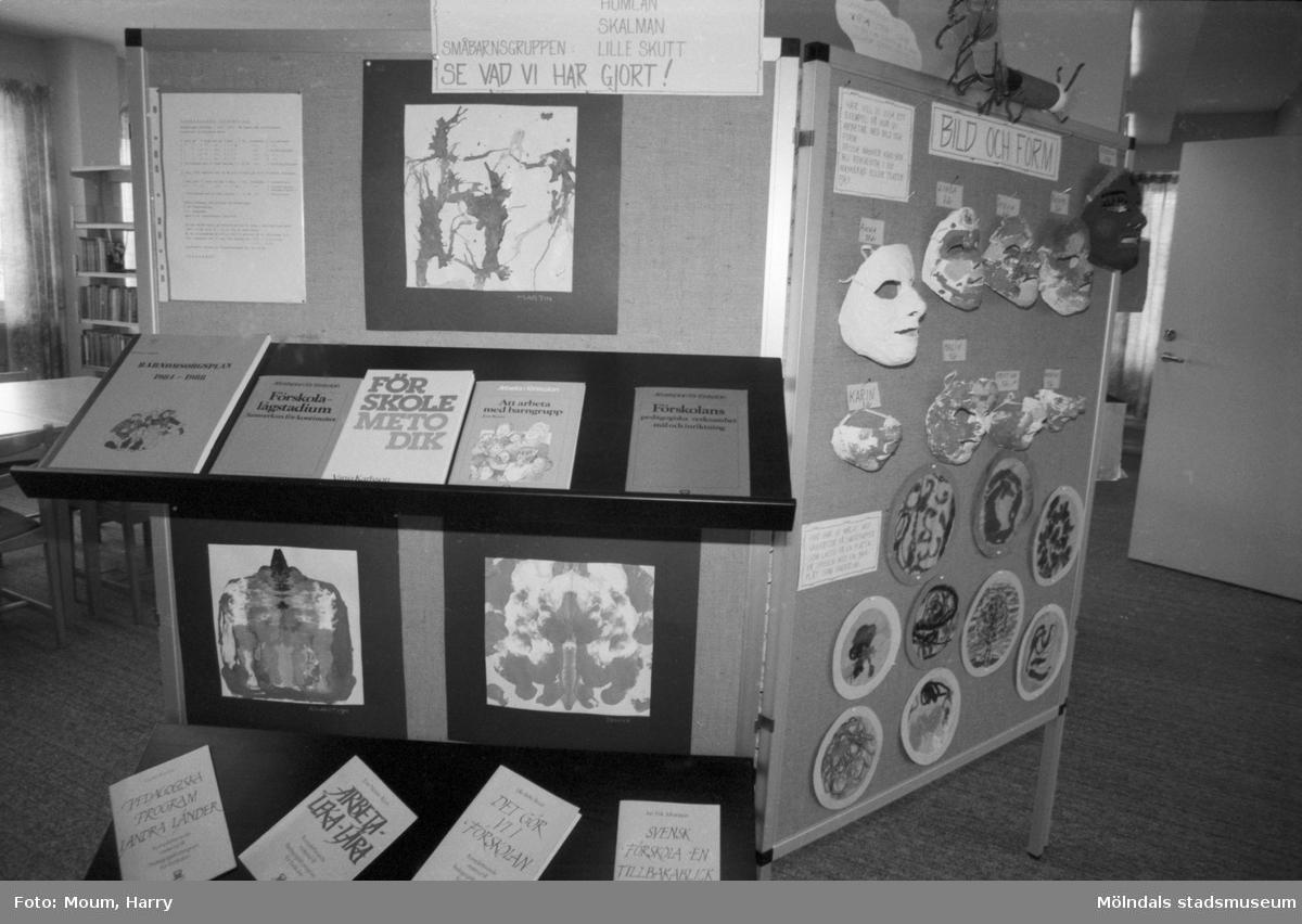 Utställning om barnomsorgen på Kållereds bibliotek, år 1984.  För mer information om bilden se under tilläggsinformation.