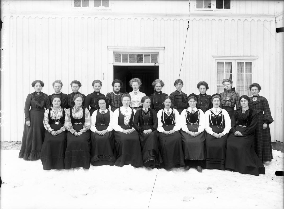 Utendørs gruppebilde av kvinner i bunader.