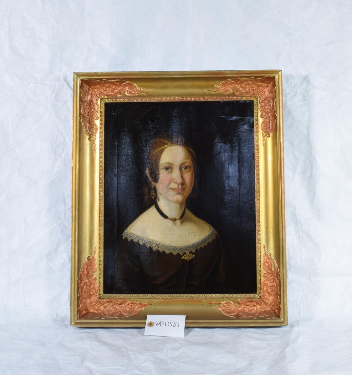 Halvportrett av en kvinne.. Festkledd med vid utringning. Lange øredobber og brosje. Halsbånd laget i hårarbeid.