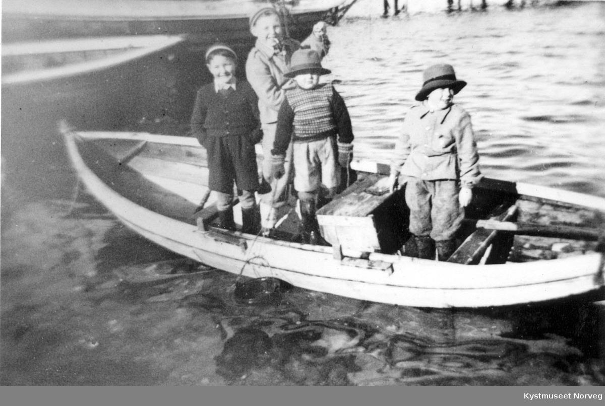 Sverre, Harald, Bjørnar, Reidar og Tore Einvik, småguttene i Einvika på båttur