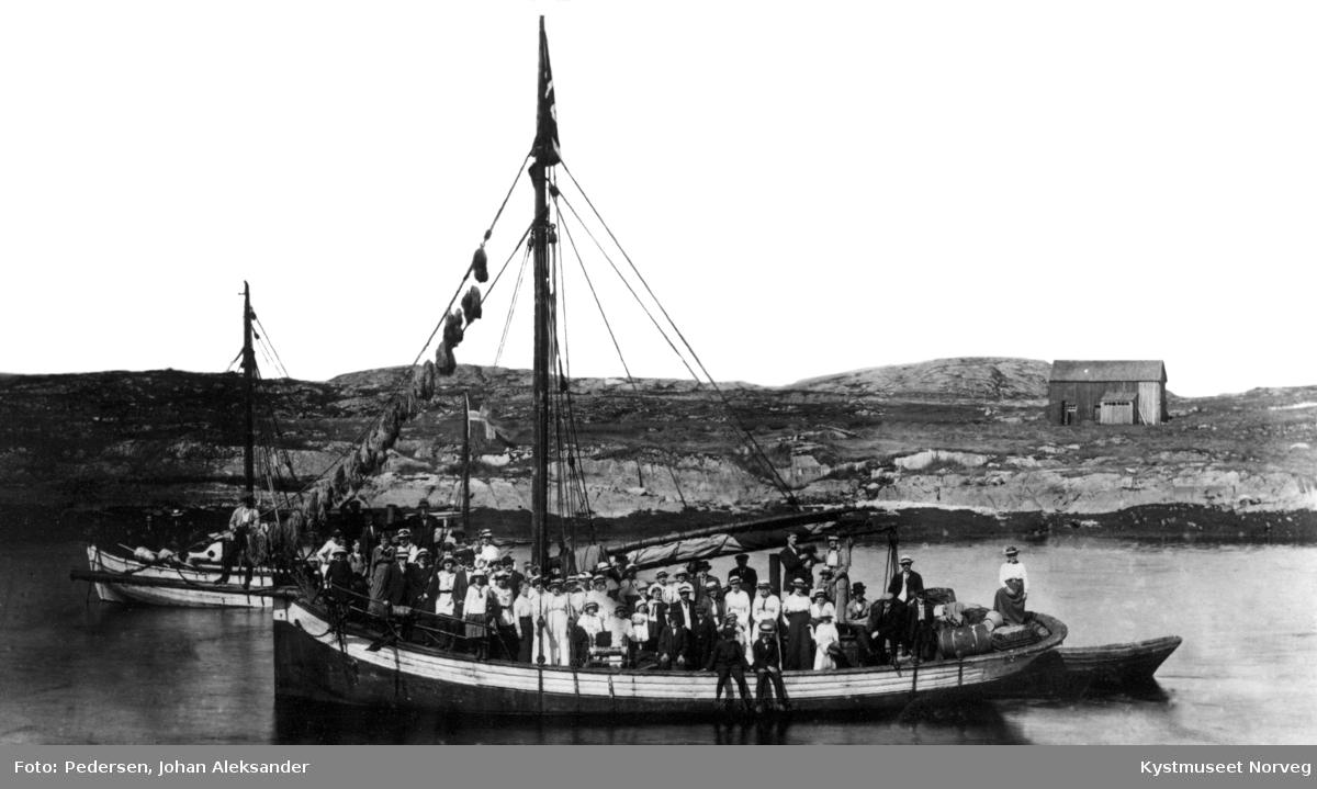 """Båter liggende i """"Martnassundet"""" på vei til Nærøystemne"""