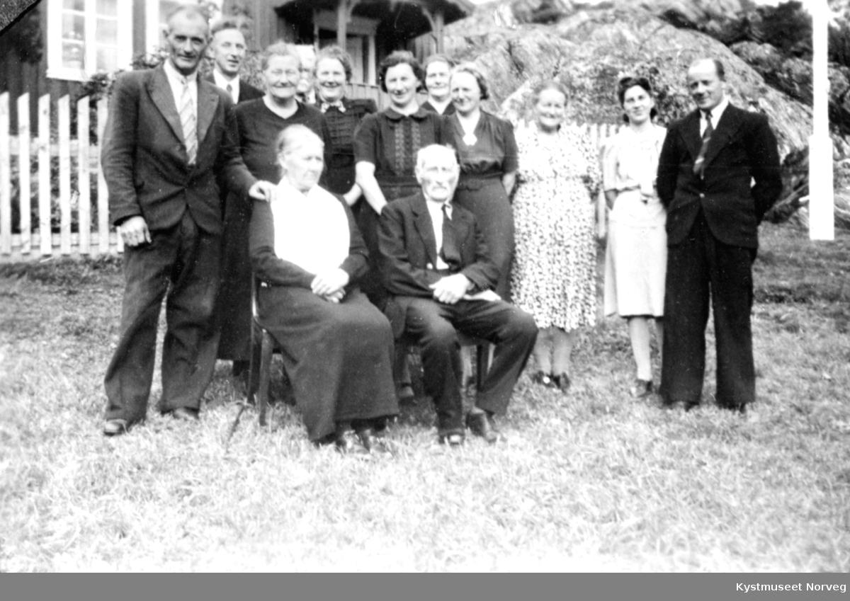 Familiebilde fra Oldervika på Otterøya. Fra venstre: Agnar Haugland, Evald Haugland, ?, Mimmi Haugland, ?, Marie Haugland, Helene Haugland Raaen, Gerd Haugland,? og Arild Raaen.