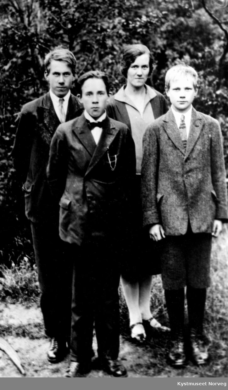 Bak fra venstre: Arne, Alv, Anna og Øystein Vennevik