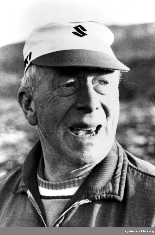 Olav Tjernvik ombord i en båt