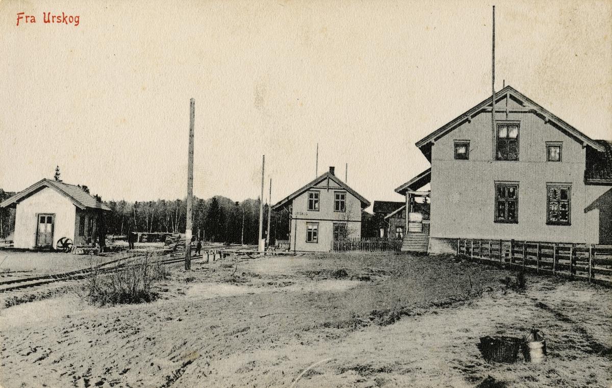 Oversiktsbilde fra Urskog stasjon. Den opprinnelige stasjonsbygningen sees til venstre, den nye bygningen fra 1909 til høyre.