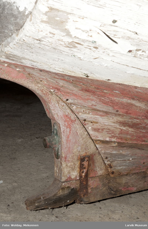 Øvre bordgang i eik. Resten i furu. Fenderlist påført mellom øvre og nest øverste bordgang. Båten har hatt motor. Ingen tegn til at årer har vært brukt. Grønne tiljer. 3 tofter, fastmontert med vinkeljern. Resten av tiljer/tofter ligger løse i bunn. Sittebrett styrbord og venstre side ikke originalt. Fremre del fra skott til  bak/forstevn intakt/originalt. Løftekrok akter innvendig. Skilt innvendig akterstevn: No? Gøteborg 1749.  Nagler i kobber