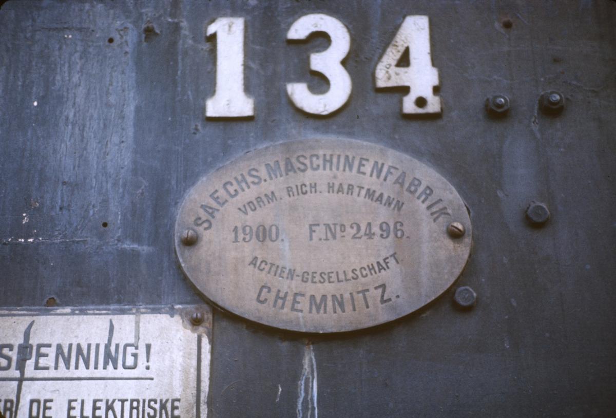 Fabrikkskilten på damplok type 18c nr. 134 på Kongsvinger stasjon. Dette var da Norges eldste damplok i drift, bygget i 1901.