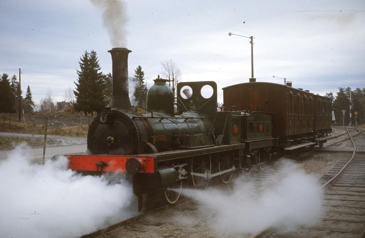 Damplok type 2a nr. 17 Caroline under prøvekjøring på Jernbanemuseet på Hamar i oktober 1968.