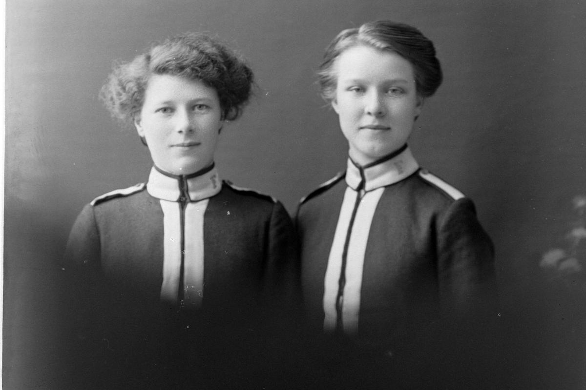 Studioportrett av to medlemmer av Frelsearmeens Stabssangbrigade på oppdrag i Harstad.