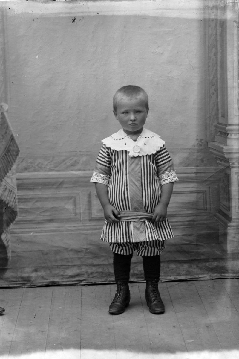 Studioportrett av et barn, trolig Kaare Aasebøstøl.