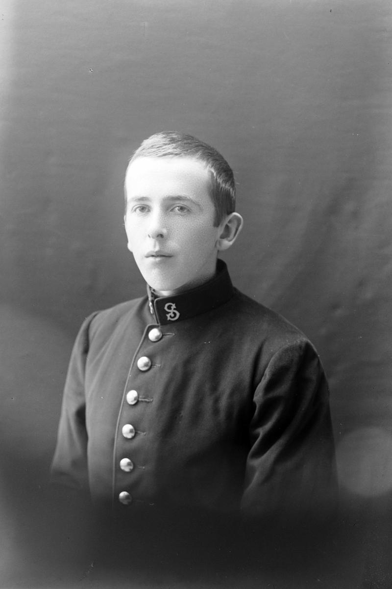 Studioportrett av en mann i uniform.