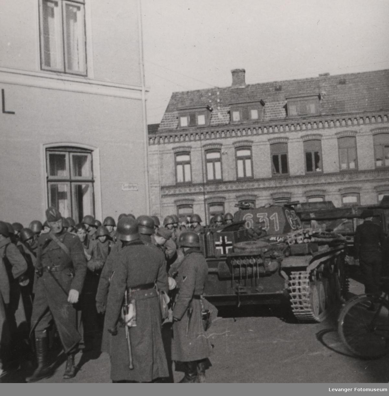Tyske tropper med tanks type PZKV II.