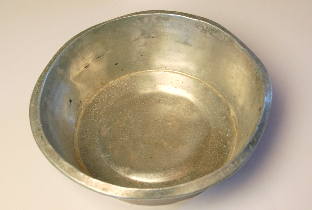 Sirkelrund djup aluminiumsbolle egnet til servering av mat under røffe forhold.