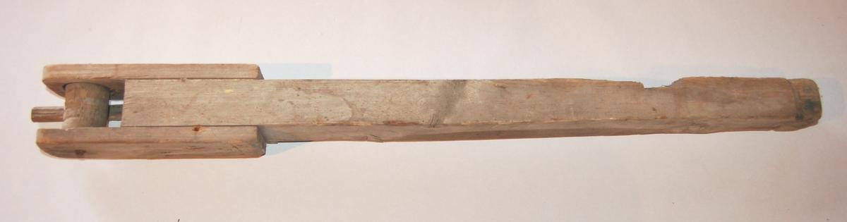 """Gjenstanden er eit """"Vabein"""" (dragerrull/baurull) som er tilpasset for å stå i forstevnen på båten/færingen."""