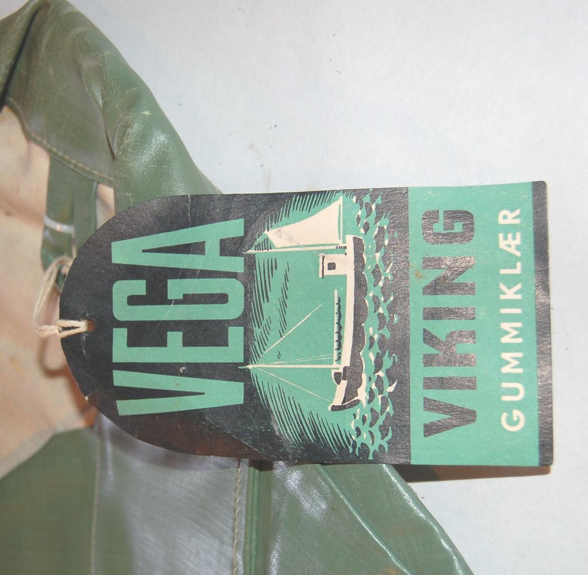 """Jakken er ei """"oljatrøye"""" av gummiert vannavstøtende stoff. Jakka er utan lommer og har trykknapper til gjenknepping."""