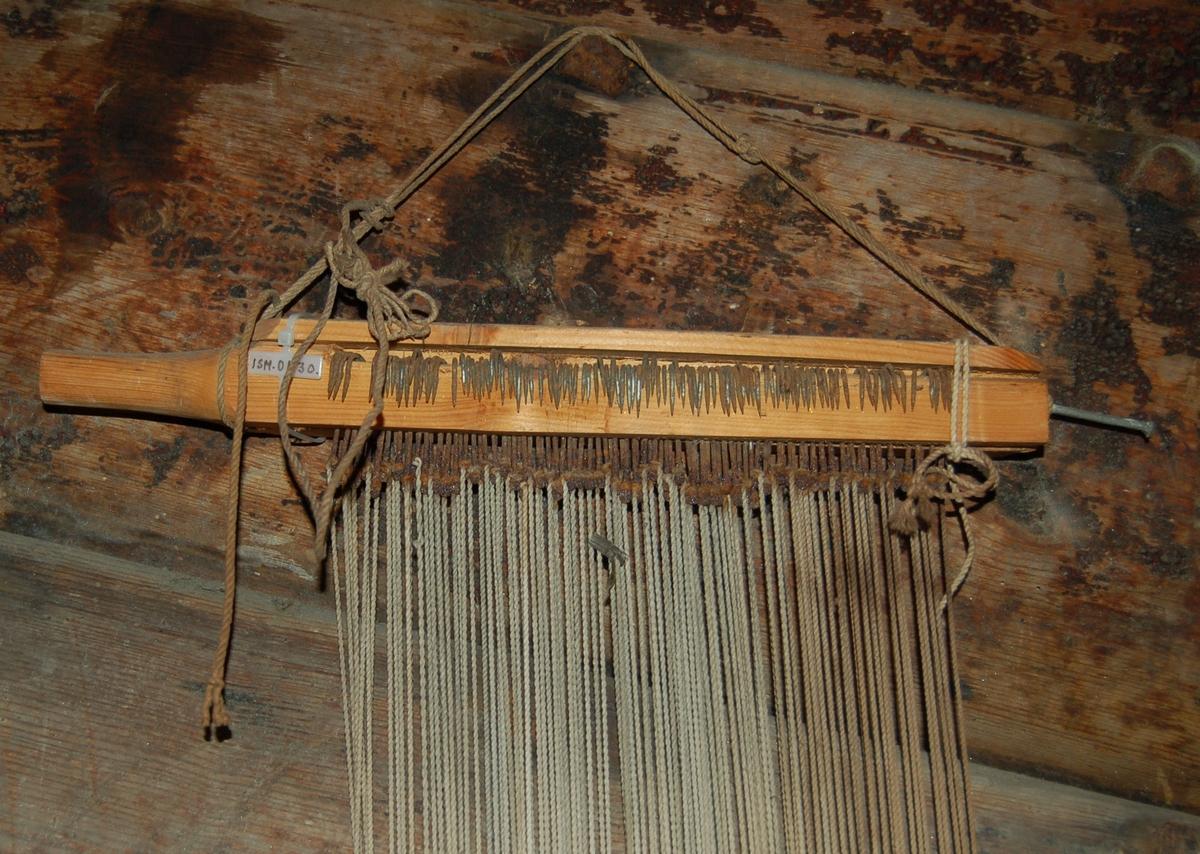 Gjenstanden er ei hyse/småfiskline rigget med 100 krok og heng på ein linesplitter (sule).