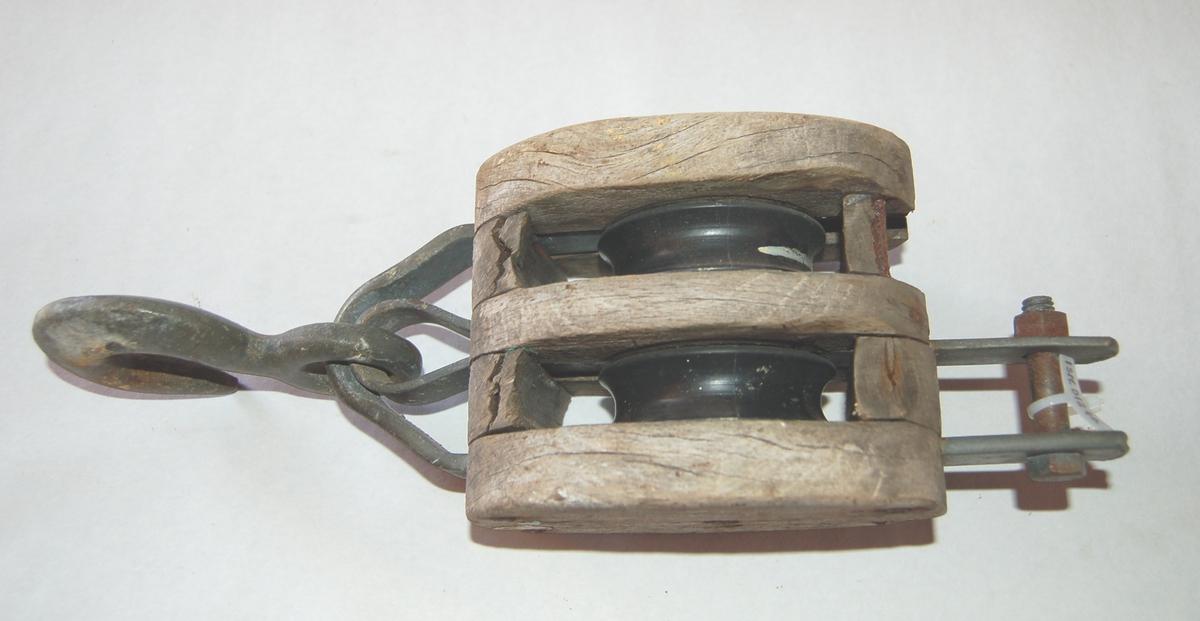 Oval formet 2-Skivers blokk av tre med jernbeslag, krok og hundsvott.