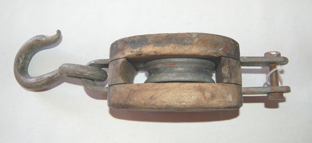 Oval formet 1-Skives blokk av tre med jernbeslag, krok og hundsvott.