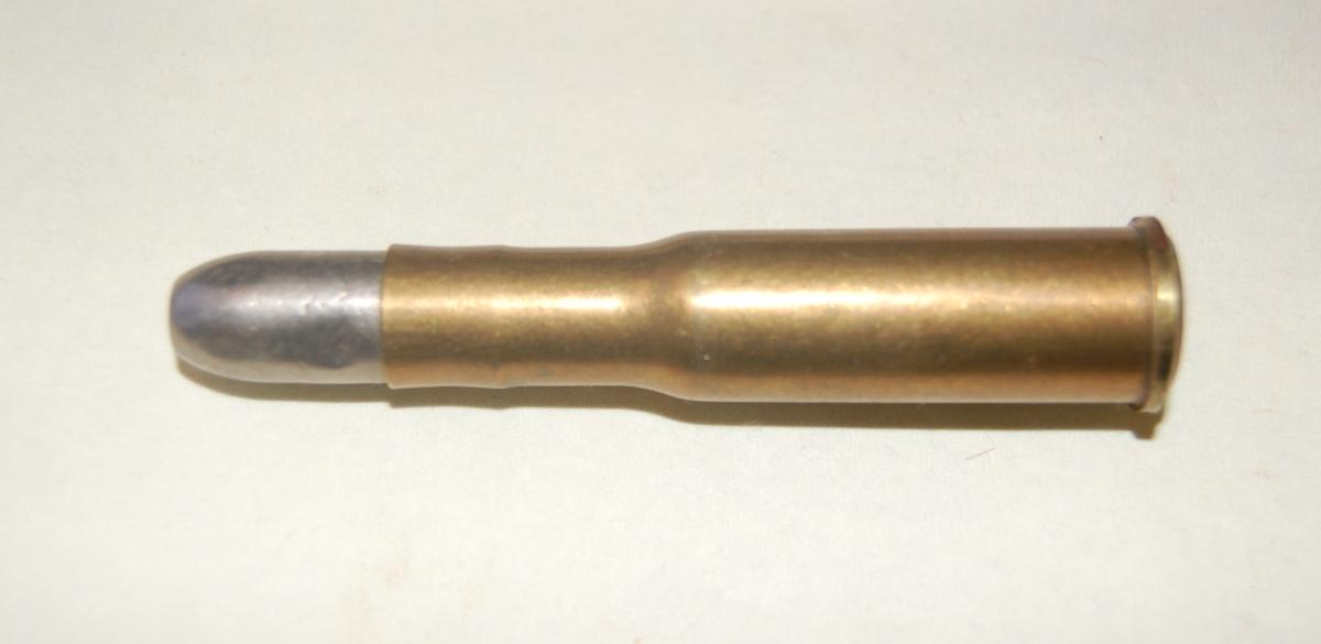 Patronen er en flaskeformet Jarmannhylse med blykule, kaliber 10,15x61R - Jarmann.