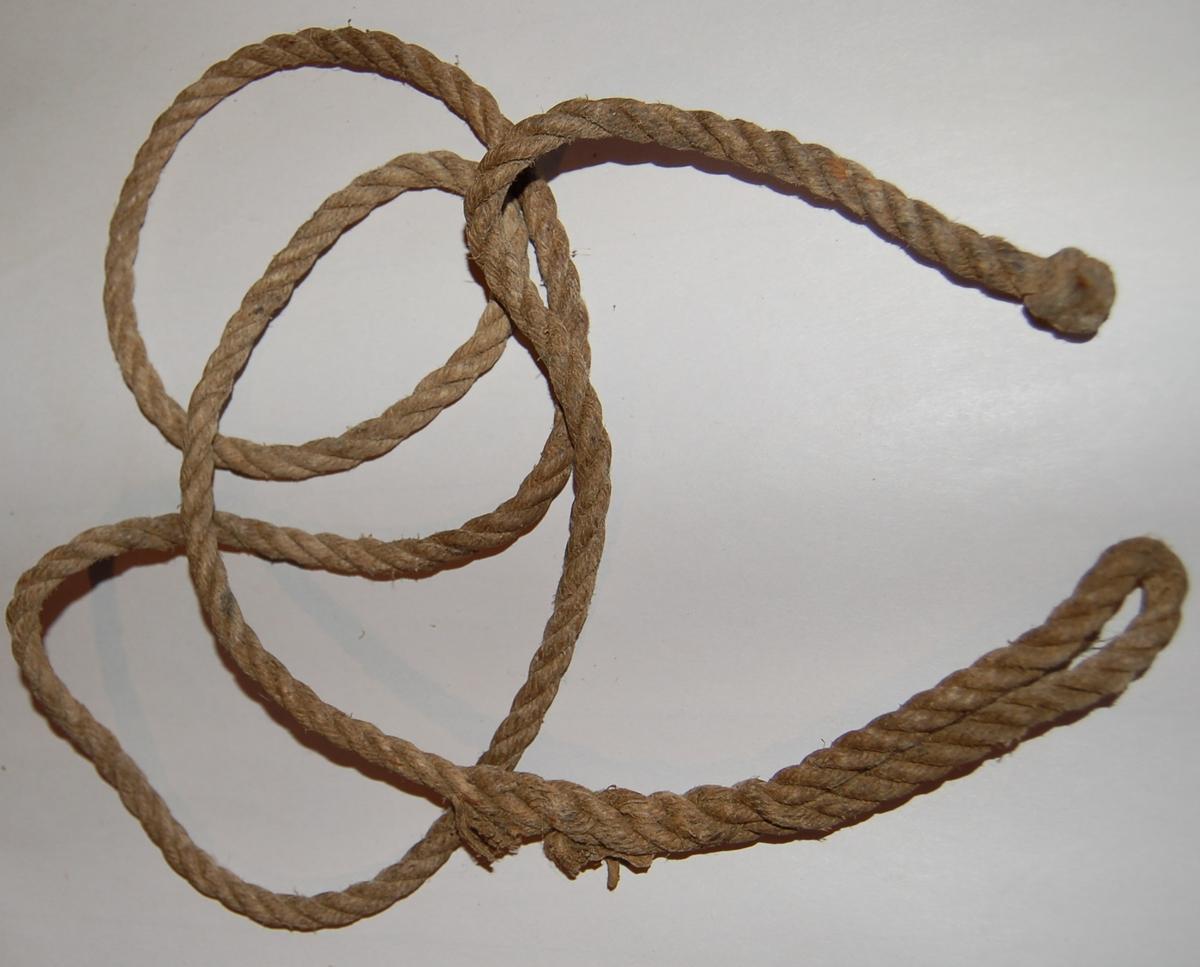 """Tau av håkjerringsline brukt til belte for kniv og stål. Tauet har spleiset lykkje i den eine enden, og en spleiset """"kattkuk"""" i den andre."""
