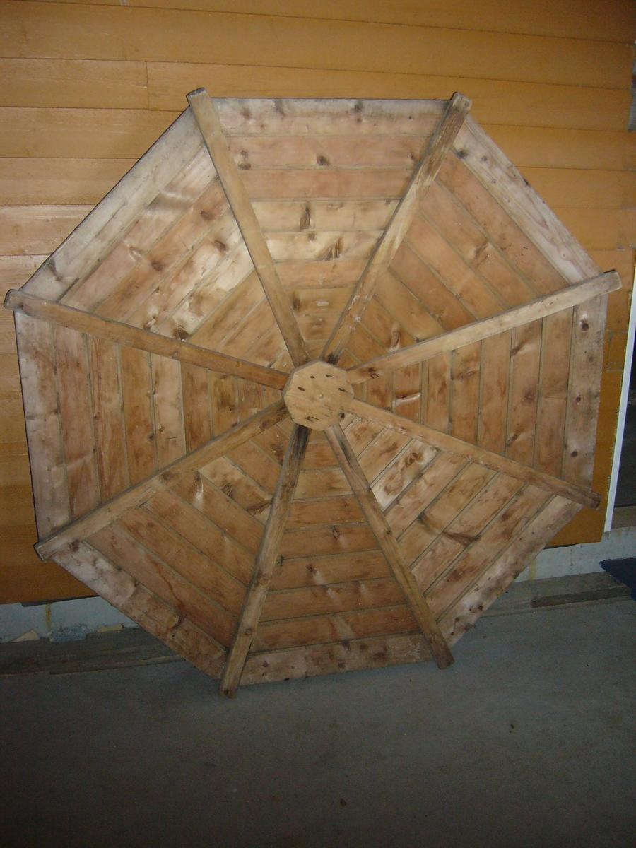 """8-kantet """"Sutak""""- formet fiskehatt laget av tre. Blei brukt til å legge over saltfisken så ikkje det skulle regne på den, når denne var stablet opp i lag (såter) for natten."""