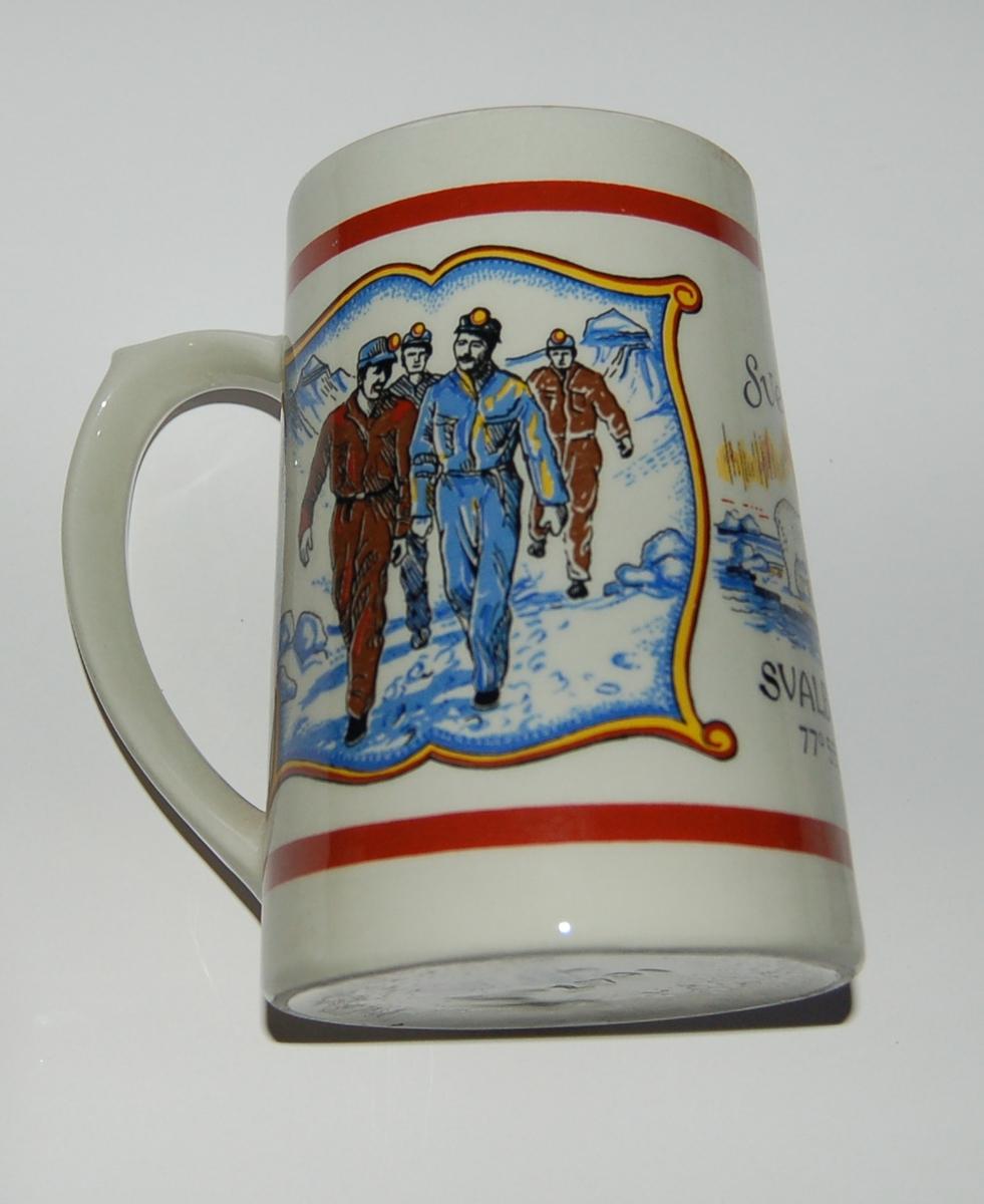 Utsmykka souvenirkrus i glassert porselen. Motiv: Gruvearbeidere. Isbjørn. Tekst: SVEA SVALBARD 77 grader 55 minutter N.