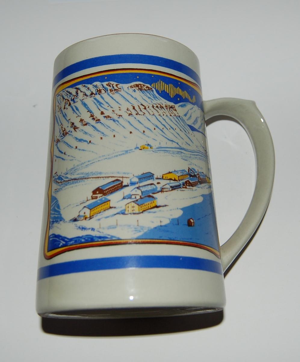 Utsmykka kjegleformet souvenirkrus i glassert porselen. Motiv: Gruvesamfunn. Isbjørn på isflak. Tekst: Longyearbyen - Svalbard.