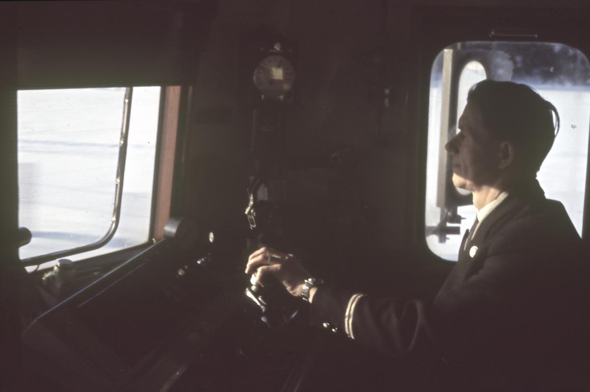 Lokomotivførerens arbeidsplass på et elektrisk lok type El 13.