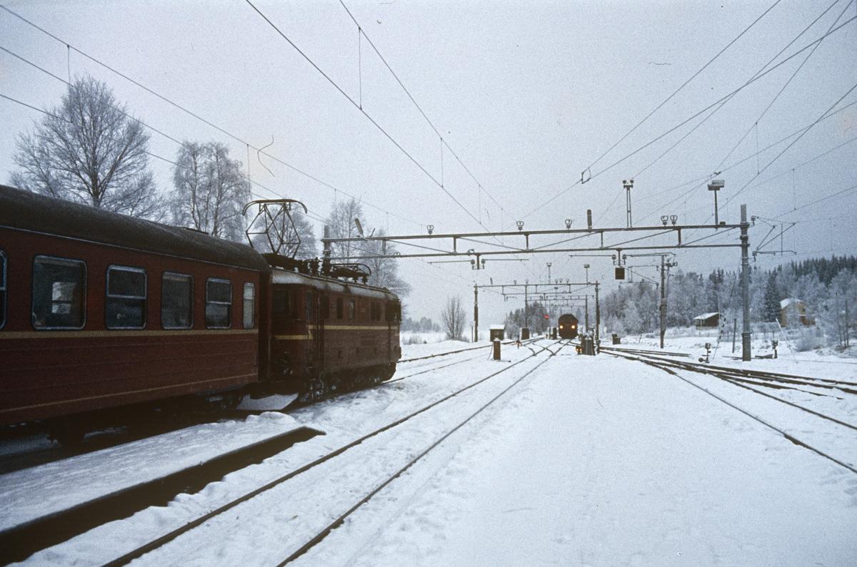 Tog fra Gjøvik og Fagernes til Oslo på Eina stasjon.