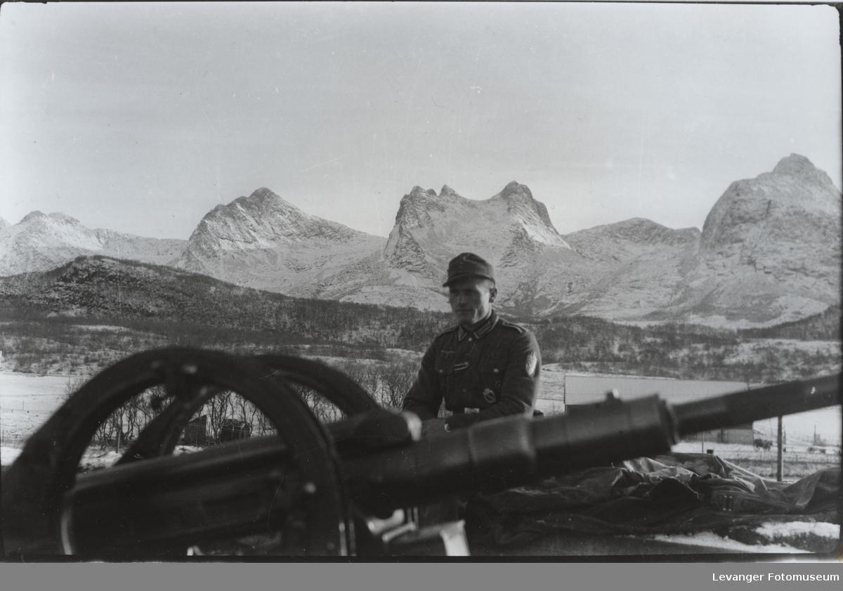 Luftvernkanon type Flak 38,2 cm, med en tysk soldat, fjellformasjonen de syv søstre i bakgrunnen..