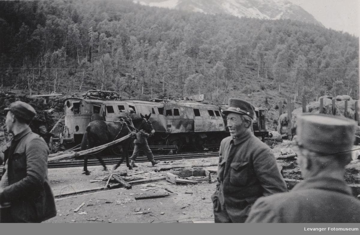 Ofotbanen, ødelagt elektrisk lokomotiv, muldyret tilhørte Fremmedlegionen, tatt som krigsbytte etter at de allierte trakk seg ut.
