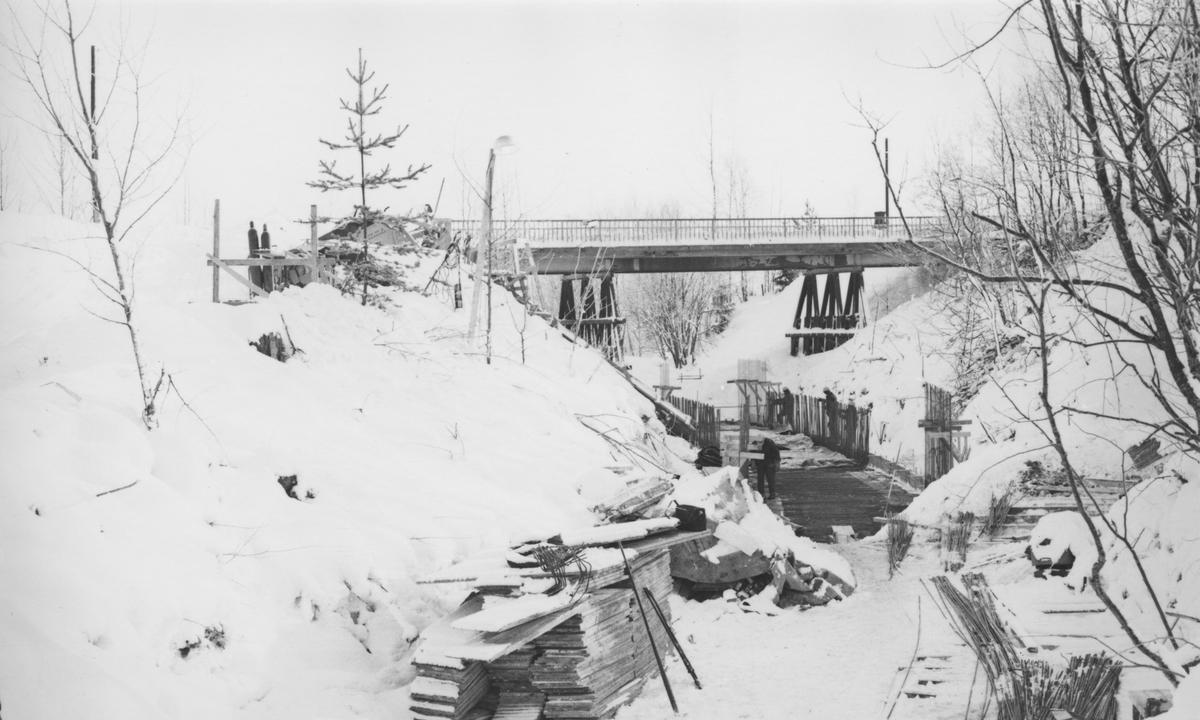 Støping av Tønsberg tunnel (kulvert) pågår. Den ganle riksvegbroen ble senere revet.