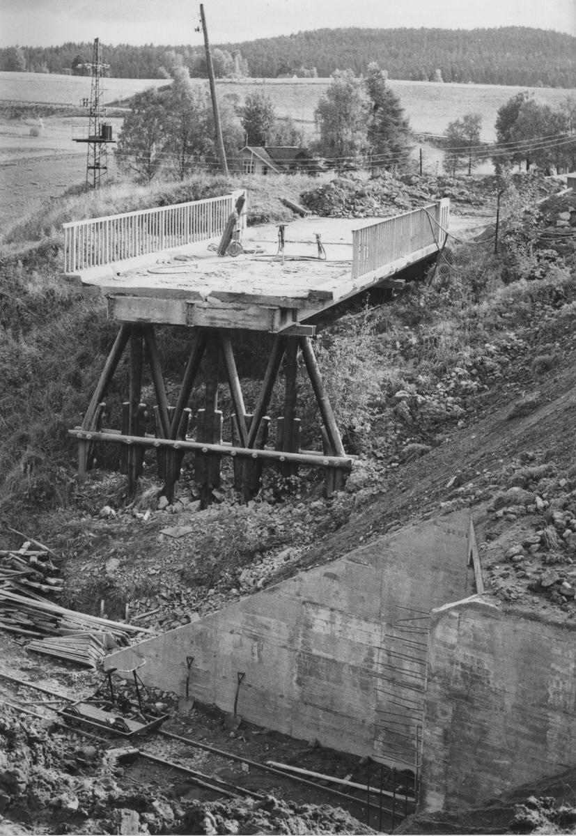Riving av den gamle riksveibroen over Urskog-Hølandsbanen.