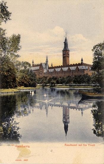 "Tryckt text på bilden: ""Köbenhavn, Raadhuset set fra Tivoli"". ::"