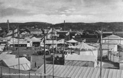 """Text på kortet:""""Uddevallautställningen 1928. Nöjesfältet""""."""