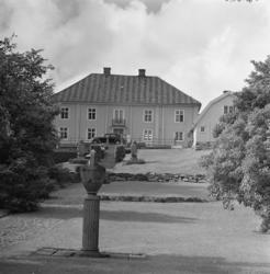 Huvudbyggnaden på Morlanda Säteri. I förgrunden amfora på pe