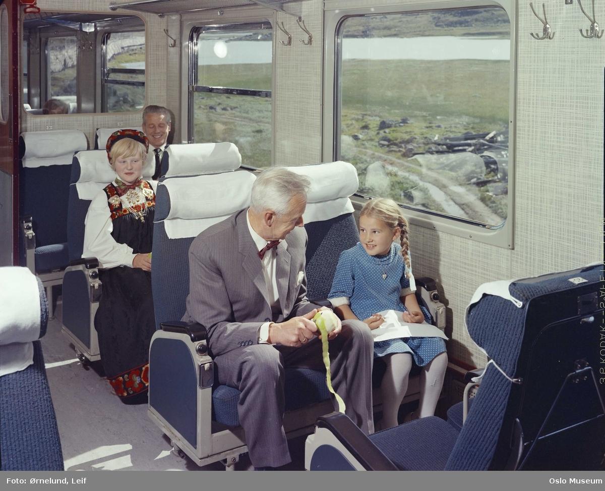 Norges Statsbaner (NSB), jernbanevogn, interiør, passasjerer