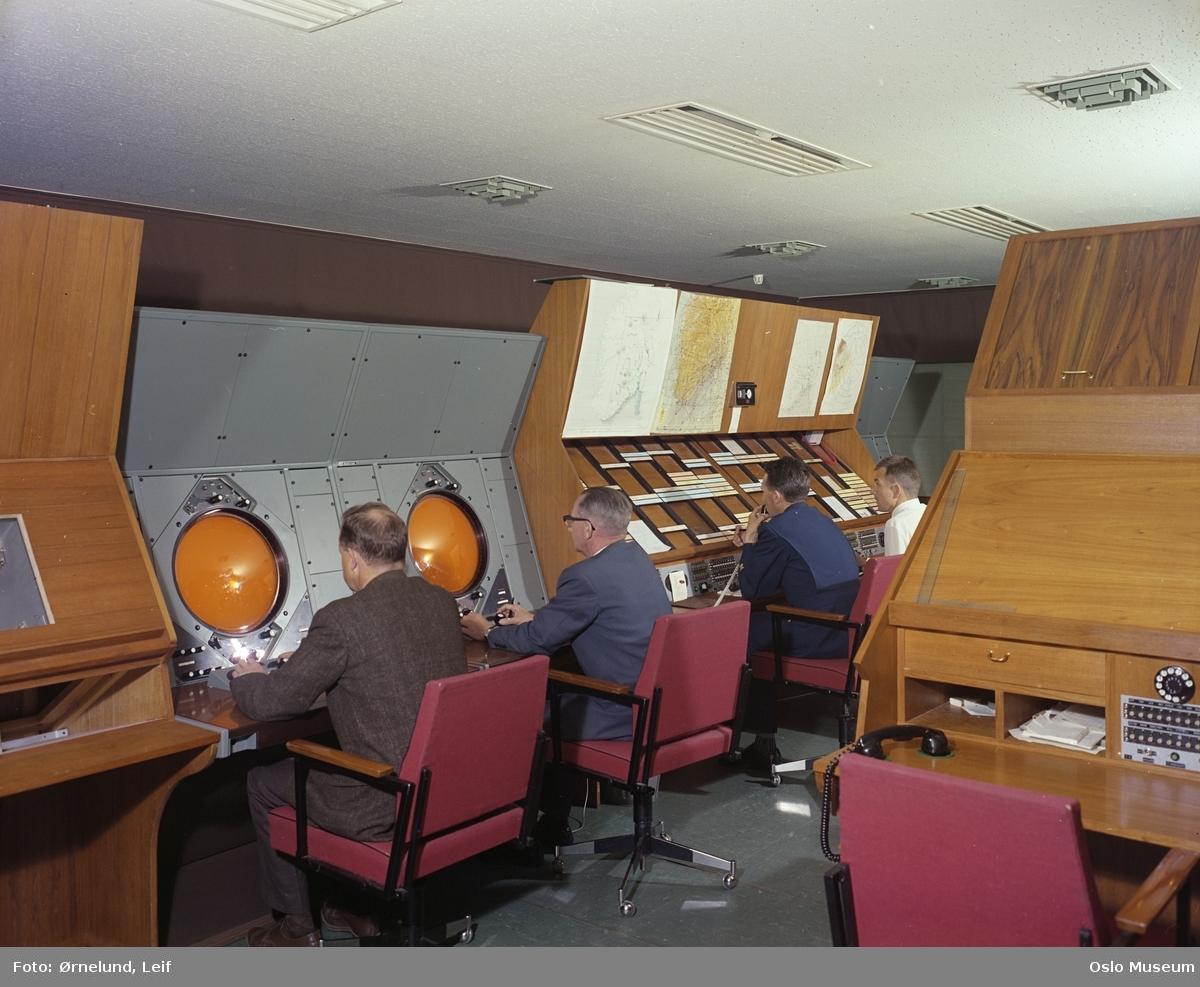 Oslo lufthavn Fornebu, interiør, radaranlegg, menn