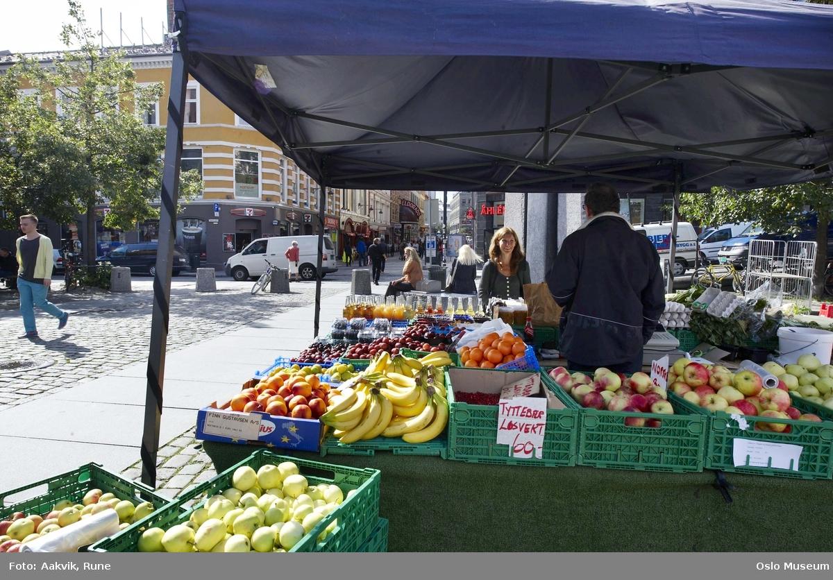 Youngstorget, salgsboder, plass, bygninger, grønnsaker, bær, frukt, baldakin, mann.
