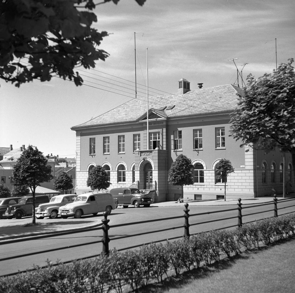Posthuset i Torggt. Flere biler til v. for bygningen. Bildet tatt fra plenen utenfor Vår Frelsers kirke.