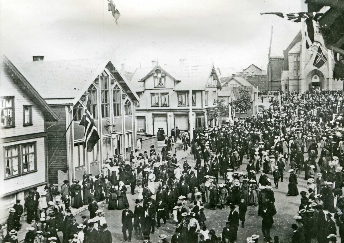 Folkravstemming om unionsoppløsningen 13.08.1905.   Bildet viser velgerne gå i tog til valglokalene etter gudstjenesten. Alle de 1118 haugesundere som avga stemme svarte ja til unionsoppløsning med Sverige.