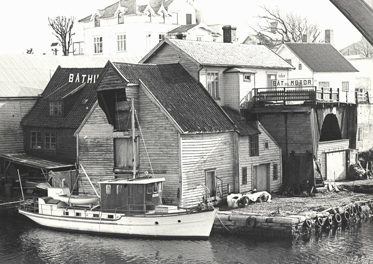 Havnebilde - Sjøhus. Sjøhus på Hasseløy. Lystyatch. Rester av den gamle broa til høyre. I bakgrunnen Steffen Staalesens hus.