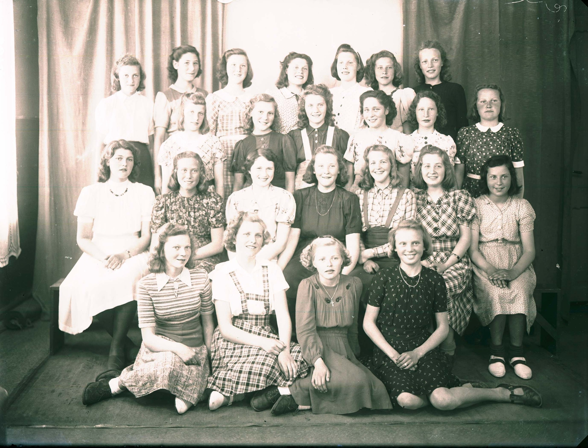 Gruppebilde - Skoleklasse - 8. klasse - handel.  Lærer Sørensen.