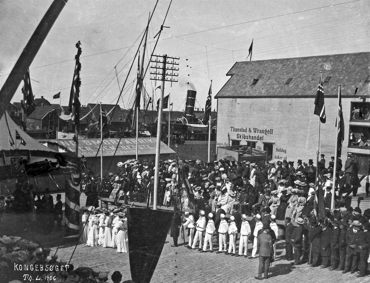 Bybilde - Kongebesøk i 1906. Turnere på kaien