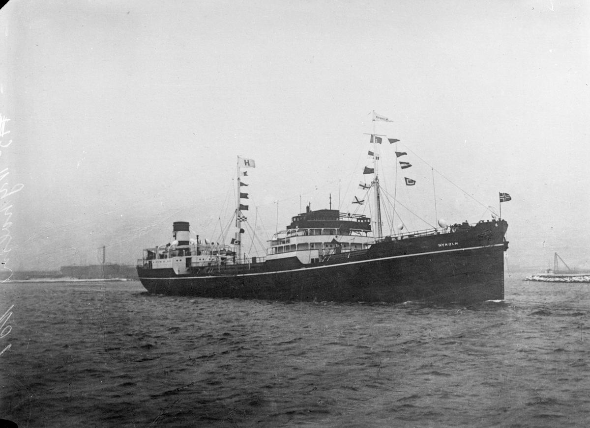 """Oljetankeren M/S """"Nyholm"""" fra Haugesund på sjøen."""